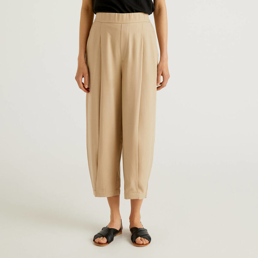 Flowy trousers with creases