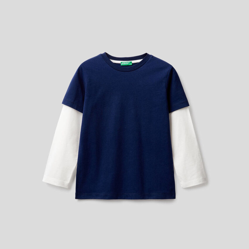 Dark blue t-shirt with two-tone sleeves