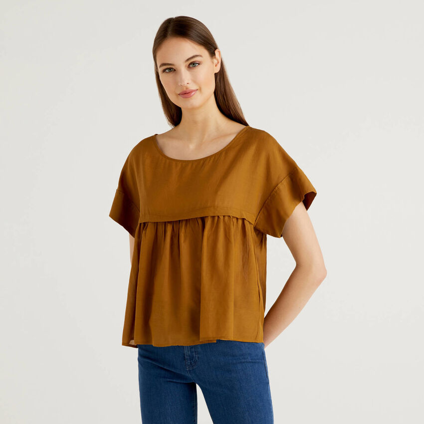 Light blouse with maxi frill