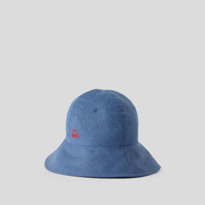 Wide-brimmed cap