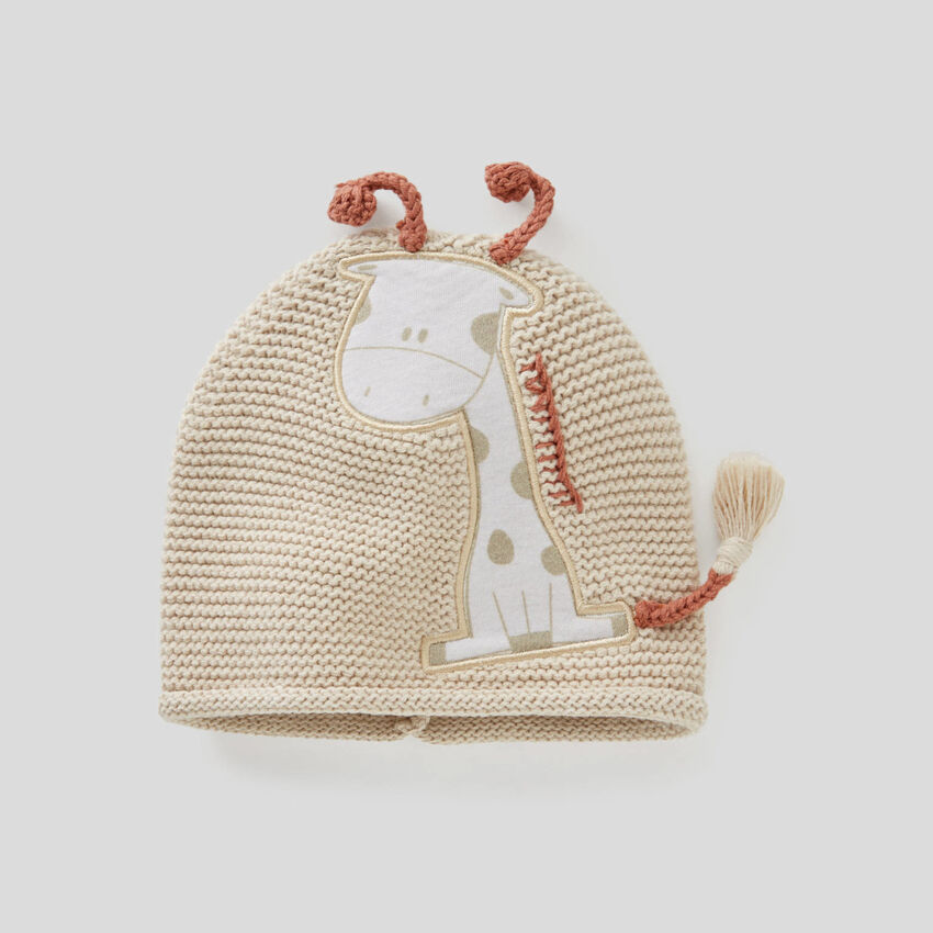 Tricot hat with applique
