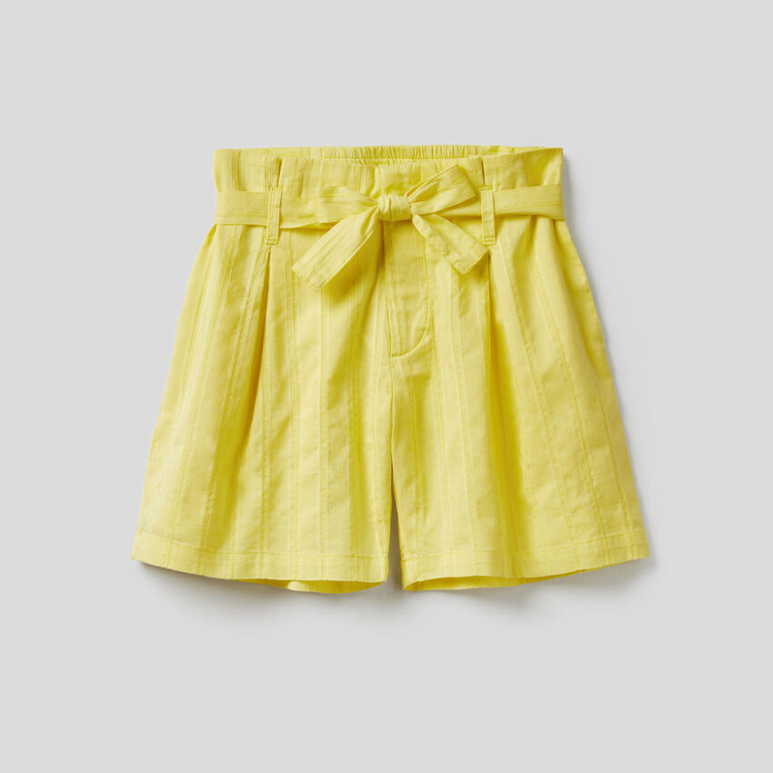 Light bermudas with belt